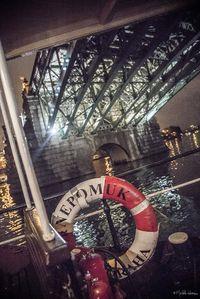 Salonní rychloloď Nepomuk proplouvá pod jedním z pražských mostů | Pražské Benátky