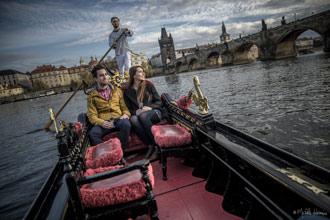 Zamilovaný pár na pravé benátské gondole u Karlova mostu | Pražské Benátky