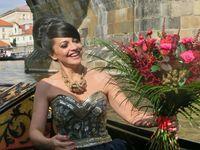Lucie Bílá obdržela květinu na pravé benátské gondole | Pražské Benátky