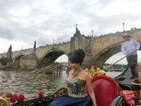 Lucie Bílá na pravé benátské gondole pod Karlovým mostem | Pražské Benátky