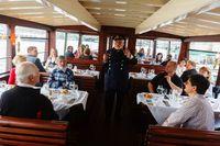 Kapitán při lodní přednášce | Pražské Benátky