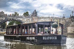 Člun Blatouch u Karlova mostu | Pražské Benátky