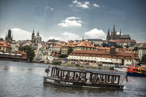 Patentní člun Vodouch s panoramatem Hradčan v pozadí | Pražské Benátky