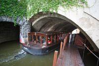 Člun Vodouch vplouvá do přístaviště | Pražské Benátky