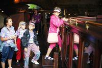 Děti nastupují na palubu patentního člunu Vodouch | Pražské Benátky