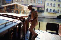 Posádka nastupuje na palubu | Pražské Benátky