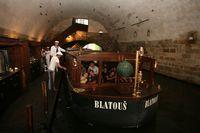 Patentní člun Vodouch Zdeňka Bergmana kotvící v přístavišti Judita | Pražské Benátky