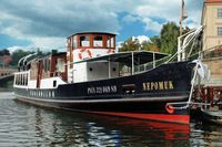 Salonní rychloloď Nepomuk kotvící v přístavišti Four Seasons | Pražské Benátky