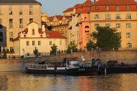 Nepomuk, který kotví v přístavišti Four Seasons | Pražské Benátky