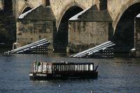 Člun Vodouch u Kralova mostu | Pražské Benátky