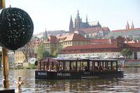 Patentní vltavský člun Vodouch s pozadím Pražského hradu | Pražské Benátky